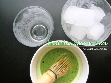 Matcha mix with ice cubes