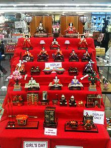 220px-hinamatsuri_store_display